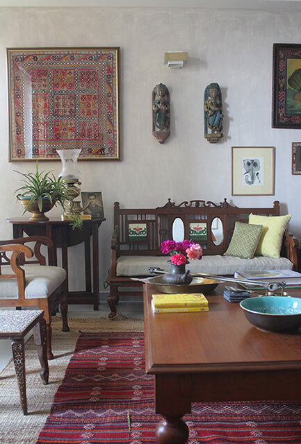 indian-livingroom-antiques-elegant-mirriowork